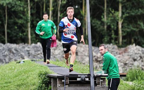 Wisse Broekstra tijdens een training. Op de achtergrond zijn trainer Bart Helmholt.