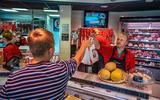 Krapte op de arbeidsmarkt, slager in Akkrum slacht uren: 'Vrijwel alle ambachten hebben er mee te maken'
