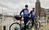 Ter voorbereiding op de tocht fietsten duurzaamheidsexpert Joost Brinkman (links) en oud-deelnemer Bert Thalen maandag de route van de Elfstedentocht.