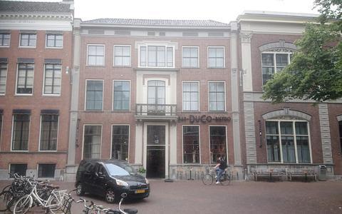 De verbouwing is al klaar, maar de vergunning van het Stadhouderlijk Hof in Leeuwarden blijkt niet te kloppen. Wat nu?