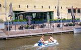 Uitbraak van corona in Dokkum heeft gevolgen in Leeuwarden. Personeel eet- en drinklokaal Proefverlof in quarantaine, eigenaar boos op 'verspreider': 'Ik vind het gewoon misdadig'
