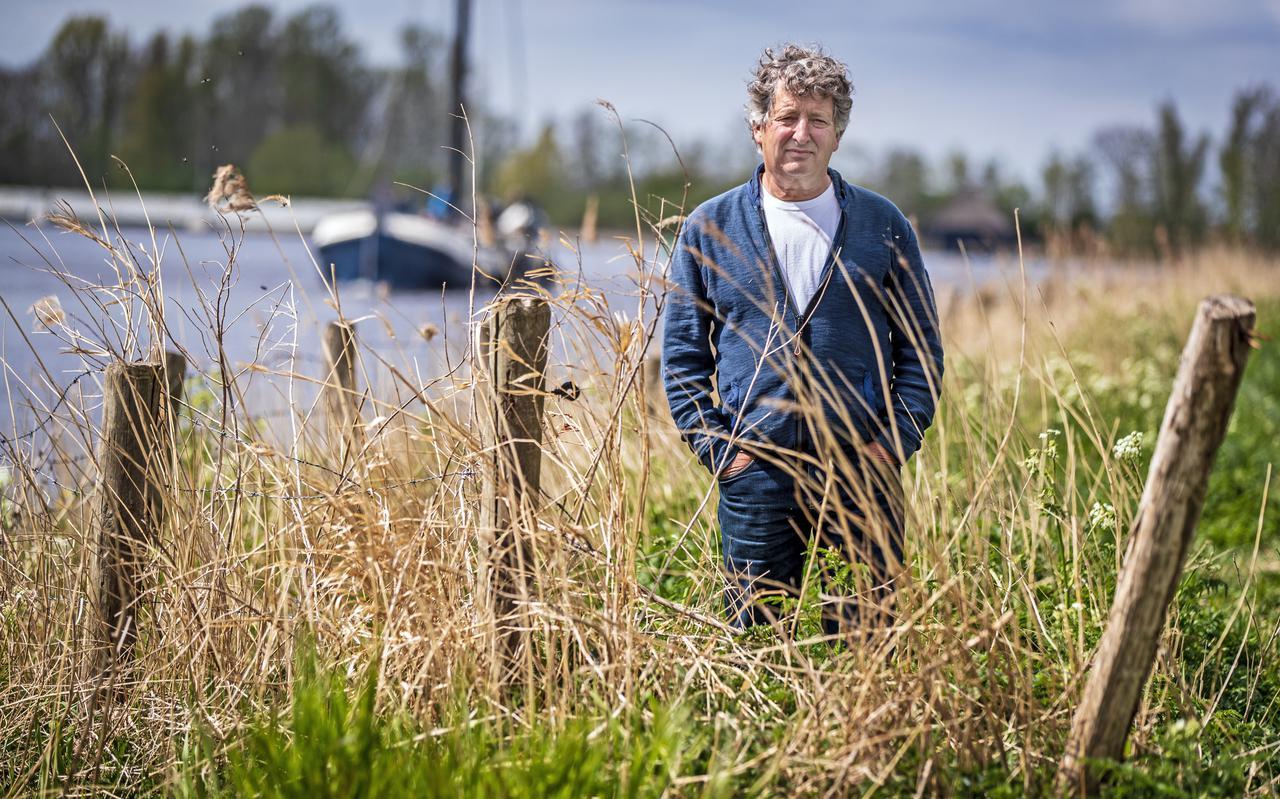 Hhoogleraar pedagogiek Micha de Winter bij zijn boot in Terherne.