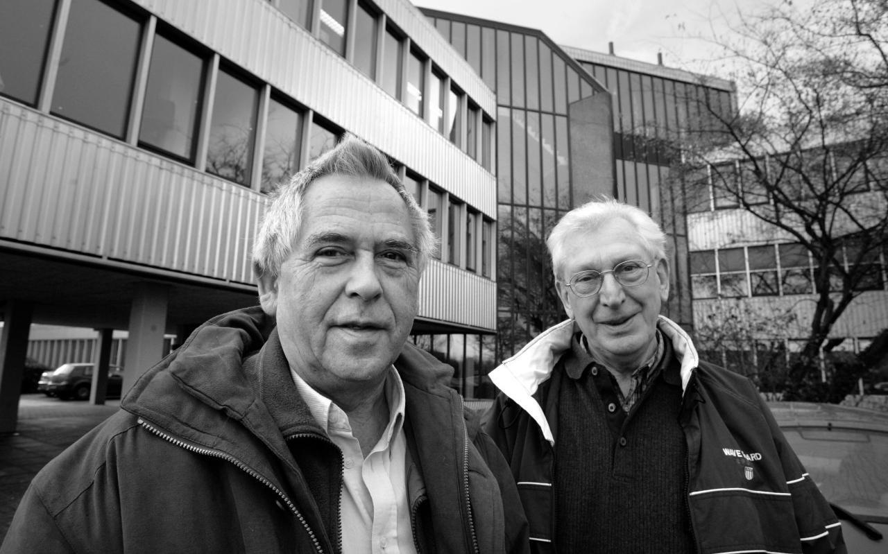 Renze Valk (r) met Jaap van der Bij in 2005 toen ze promoveerden op Fries als examenvak in het voortgezet onderwijs.