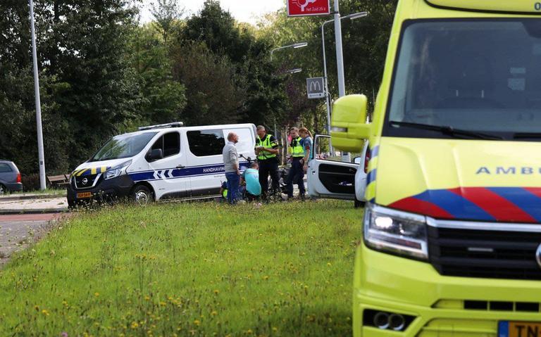 Fietsster gewond na botsing met auto op Burgemeester Wuiteweg in Drachten.
