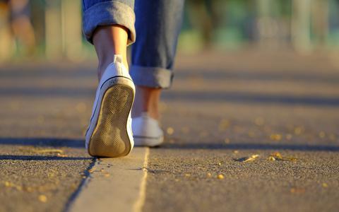 Wandelen, iedereen kan het. Dit zijn de redenenen waarom je vaker de benenwagen moet nemen