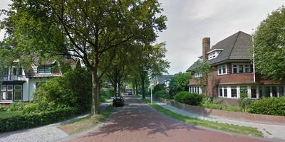 Zicht op de Julianalaan vanaf de Stationsstraat in Buitenpost. Foto Google Streetview