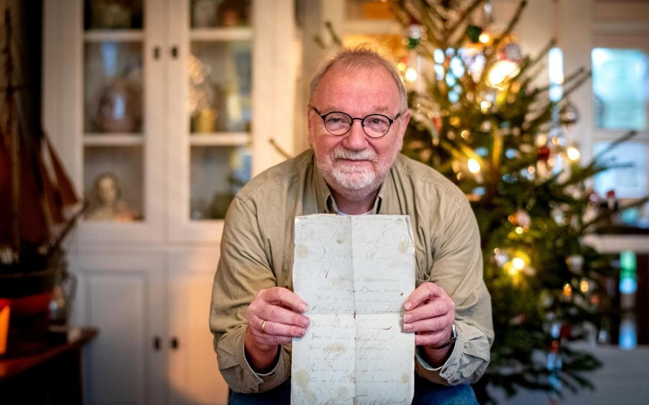 Gerben Bosgraaf vond op de rommelmarkt in Bakkeveen een 200 jaar oud kerstgedicht van een voorouder. FOTO JILMER POSTMA