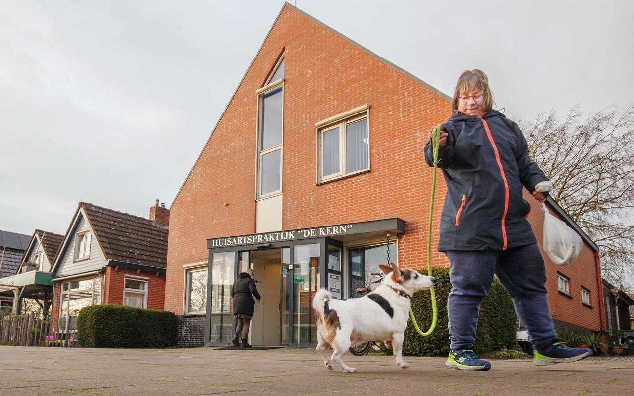 Debora Elzinga passeert met haar hond huisartsenpraktijk De Kern. De uitspraken van huisarts Pieksma leiden tot veel onrust bij patiënten.