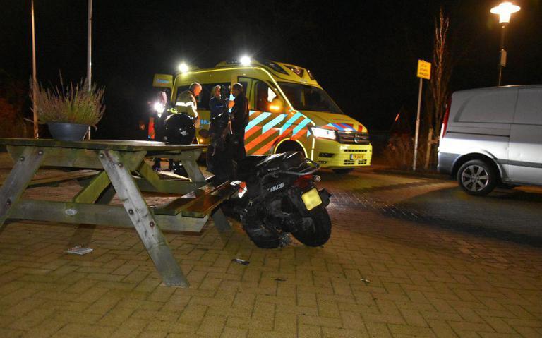 Scooterrijder gewond na botsing met bestelbus in Oosterstreek.