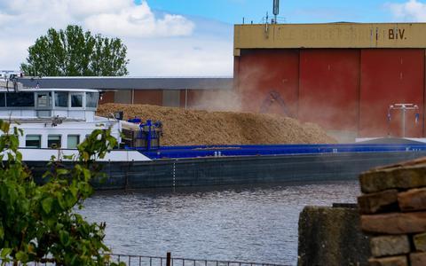 Stofwolken bij het laden van een schip bij afvalbedrijf Van der Galiën in Kootstertille.