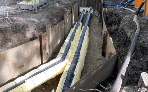 Het nieuwe leidingennet bestaat uit twee buizen voor de aan- en afvoer van heet water. Ze zijn gemaakt van staal met hieromheen een isolatielaag.
