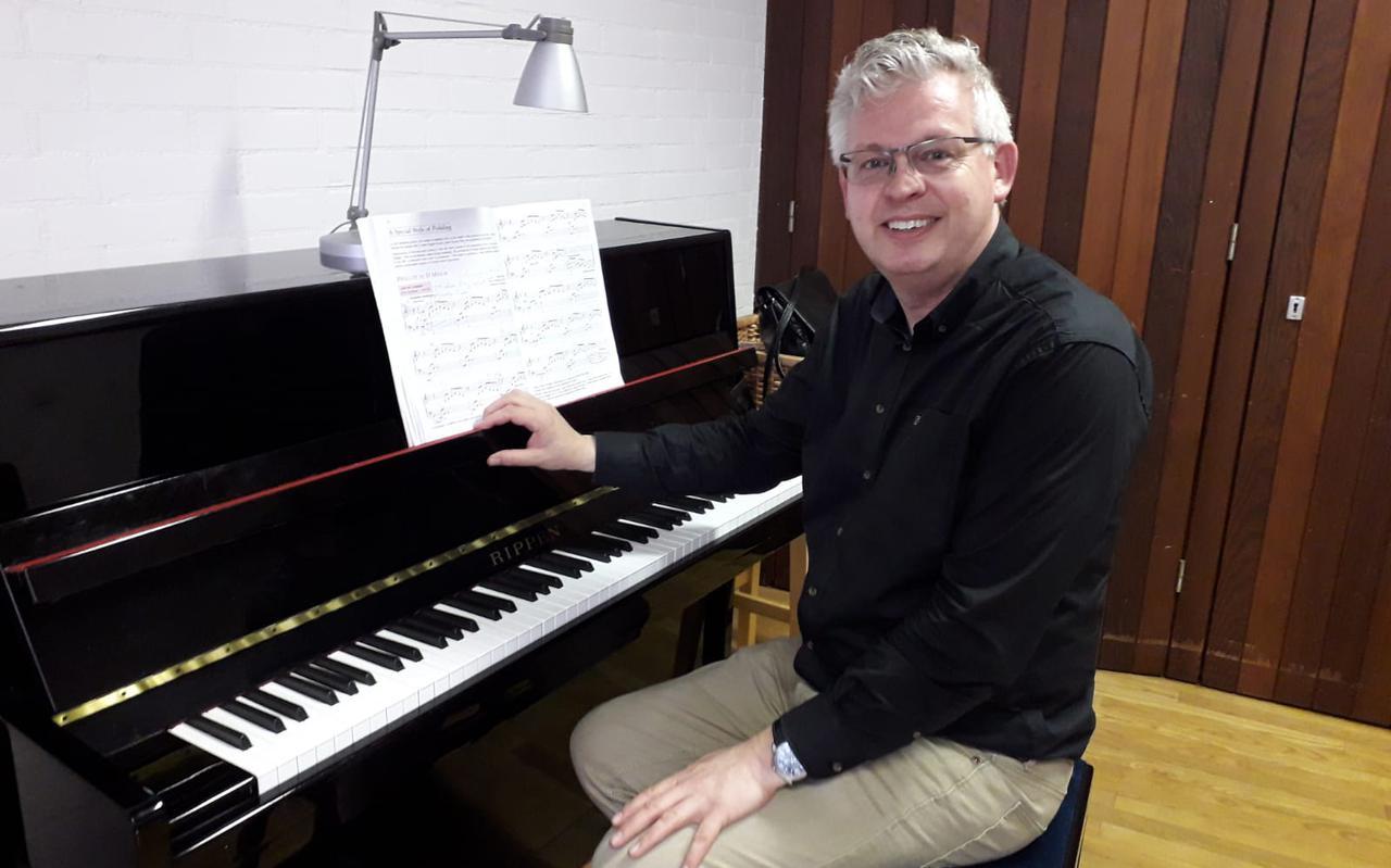Fedde Tuinstra kan vanaf 11 mei weer beginnen met pianolessen verzorgen. EIGEN FOTO