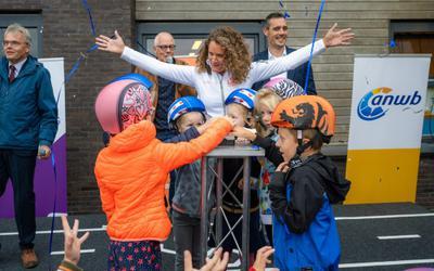 Kinderen van de Wynwizer kregen fietshelmen.