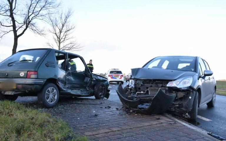 Autos in de kreukels bij botsing in Metslawier.