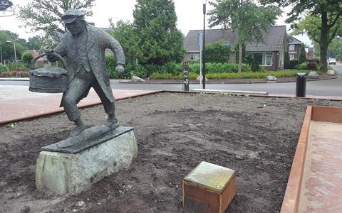 Het beeld van Jan Hepkes heeft een nieuwe plek gekregen aan De Dellen