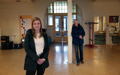 Martina Kooistra en op de achtergrond Max Kooijmans in de ruimte na de entree van de voormalige Bogermanschool.