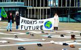 Jongeren Fridays for Future zetten schoen in Leeuwarden: 'We vragen hiermee om een betere toekomst'