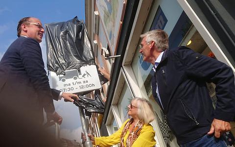 Wethouder Friso Douwstra, centrumbewoonster Maaike Venema en binnenstadsmanager Hayo Galema onthullen een autowerend verkeersbord.