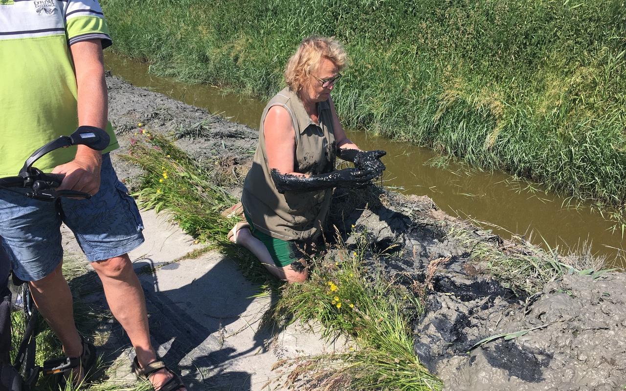 Door de modder op het fietspad bij Wijnaldum kon Tine van der Zee een valpartij niet meer voorkomen.