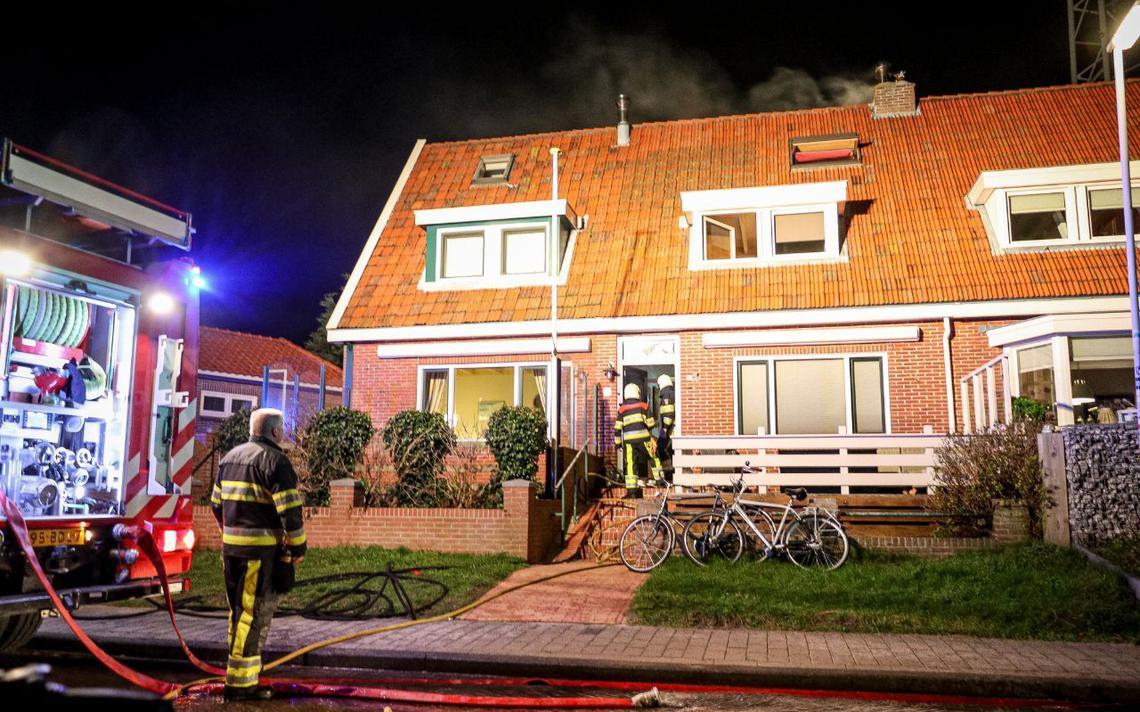 Brandweer sloopt muur om woningbrand op Terschelling te blussen - Leeuwarder Courant