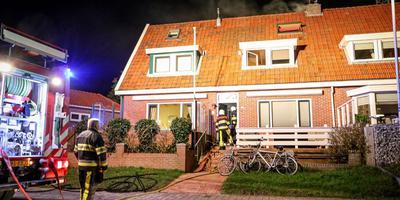 De brandweer kan de brand moeilijk bestrijden zonder muur te slopen. FOTO PRONEWS
