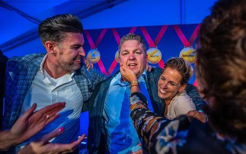 Winnaar Pieter Kooi, omringd door familie.  FOTO NIELS DE VRIES