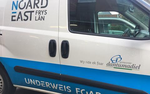 Een bedrijfswagen van het 'gezamenlijke bedrijf' van Noardeast-Fryslân en Dantumadiel. FOTO NOARDEAST