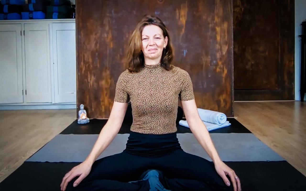 Monique de Vries sluit de deuren van Yogaschool Andante in Heerenveen.