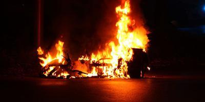 De scooter brandde volledig uit. FOTO VAN OOST MEDIA