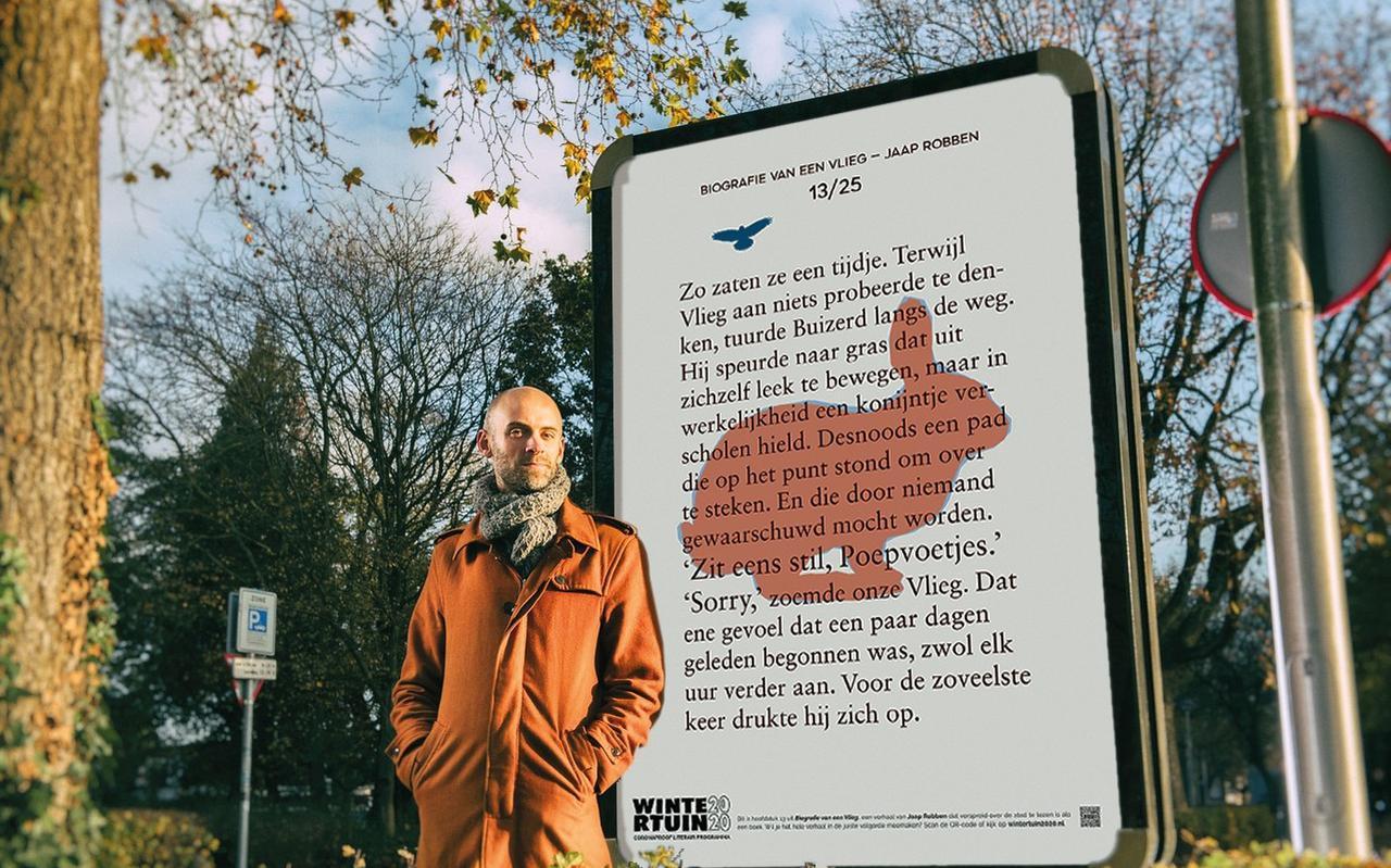 Jaap Robben bij een hoofdstuk uit zijn 'wandelvertelling' Biografie van een vlieg, in Nijmegen.