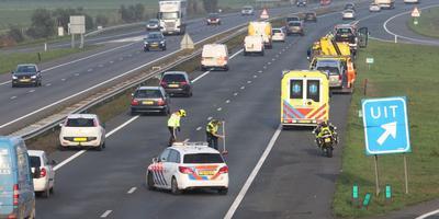 De hulpdiensten zijn bezig om de snelweg weer vrij te maken. FOTO DE VRIES MEDIA
