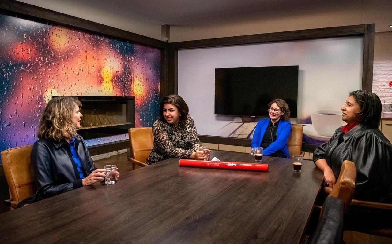 (vlnr) Yvonne Post en Tetsje Kosik van Post Cleaning in gesprek met Zahraa Aldaraaj en Priscilla Dens van bedrijvennetwerk Smallingerlandse Uitdaging over laaggeletterdheid op de werkvloer.  Foto Jilmer Postma