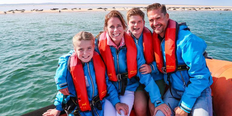 Pauline de Bakker met haar kinderen Suus en Joep en man Edo bij de zeehondjes tussen Vlieland en Terschelling. Daar vonden ze schone lucht. FOTO NEEKE SMIT/DVHN