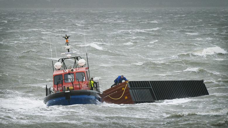 Januari 2019: Bij Lauwersoog brengt een sleepboot een afgevallen zeecontainer van de MSC Zoe naar de wal. FOTO MARCEL VAN KAMMEN