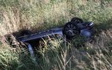 Een auto is bij Noordwolde op de kop in een sloot terechtgekomen.