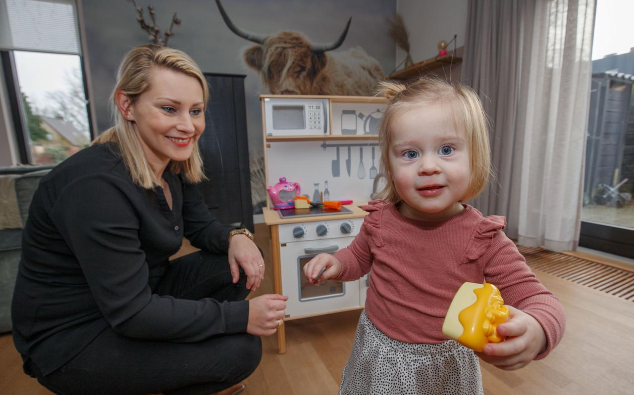 Anne van der Leest en haar dochtertje Julia, dat geboren is met het syndroom van Down.