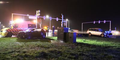 De bestuurders werden overgebracht naar het ziekenhuis. FOTO CAMJO MEDIA / ROBERT JAN BOONSTRA