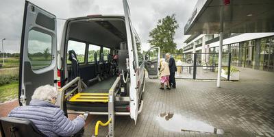 Een taxibus haalt mensen op voor de dagbesteding. ARCHIEFFOTO MARCEL VAN KAMMEN