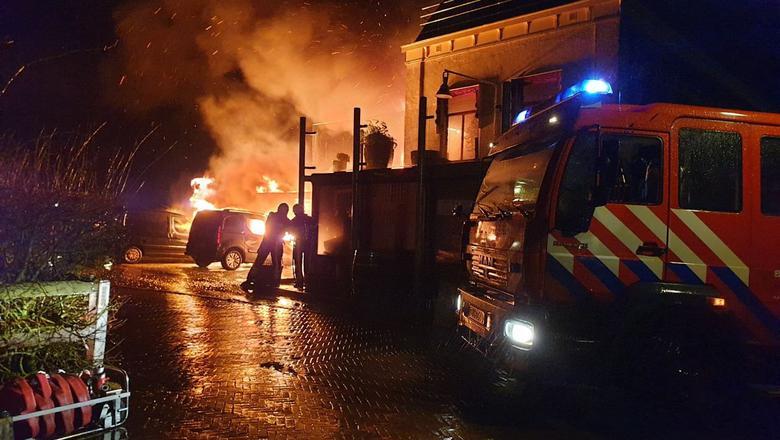 Uitslaande brand aan de Sylsterwei in Dokkumer Nieuwe Zijlen.