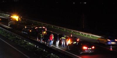 De beschadigde voertuigen worden weggesleept. FOTO DE VRIES MEDIA
