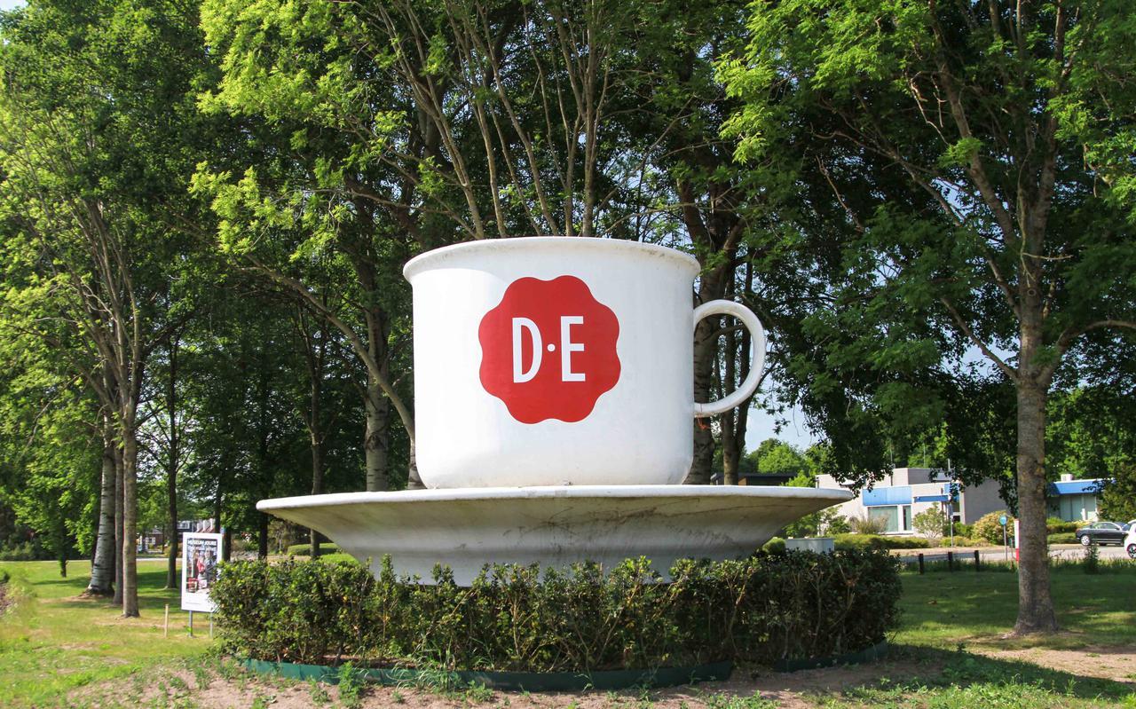 De kop en schotel van Douwe Egberts bij een rotonde in Joure.