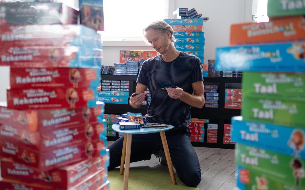 Spelletjesmaker Robert Brouwer op zijn zolder omringd door zijn eigen bedachte spellen.