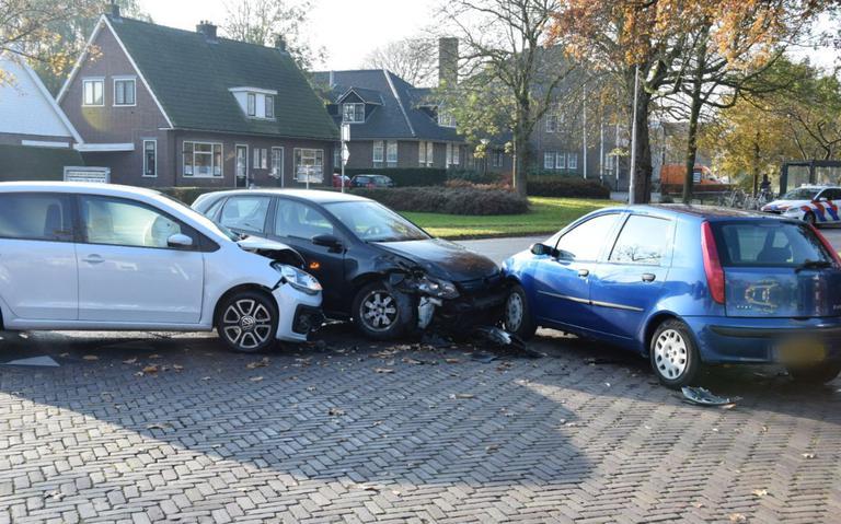 Autos frontaal in botsing in Burgum.