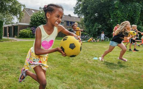 Buurtsport Ooststellingwerf organiseert deze zomer sport- en spelmiddagen in verschillende dorpen om kinderen en hun ouders, grootouders of verzorgers in beweging te krijgen. Op de foto rennen Efi (links) en Jolina met een bal over het grasveld achter de basisschool in Haulerwijk.