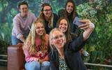 Femke Swarte, docent Duits, maakt het vak leuker met populaire TikTok-video's. Achter haar leerlingen Zoë Nieuwenhuis en Demi Wuite, daarachter docenten Marije van Bloois, Lyske ten Hoeve en Charlotte Korten.