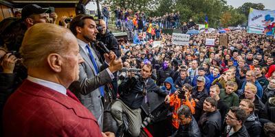 Thierry Baudet (R) en Theo Hiddema (FvD) spreken boeren toe tijdens een protest in Den Haag. FOTO ANP/REMKO DE WAAL