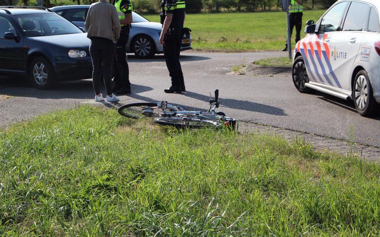 Vrouw op e-bike gewond na aanrijding met auto.
