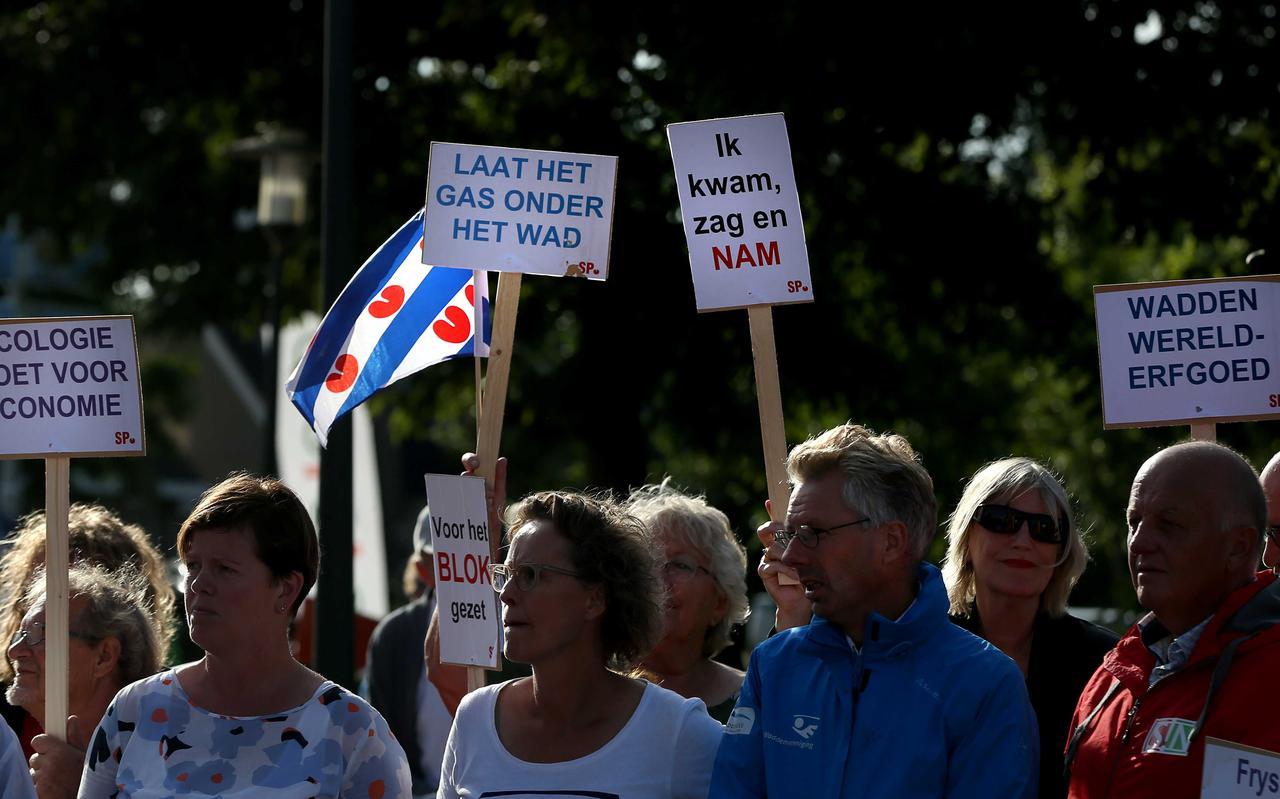 Protest in Ternaard tegen gaswinning tijdens een bezoek van demissionair minister Stef Blok van Economische Zaken.