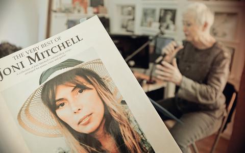 Inez Timmer sjongt Joni Mitchell yn it Frysk: it paradys platwalst foar in pears hotel, in boetyk, en McDonald's frytkot