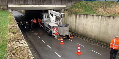 Een hoogwerker van de gemeente Smallingerland is vast komen te zitten onder het viaduct van de N31 bij Drachten.